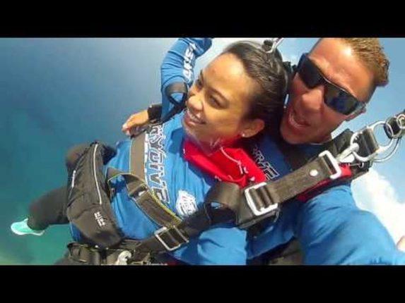 Die Philippinen im Video - Tony fällt aus dem Flugzeug zum Skydiving über Vigan