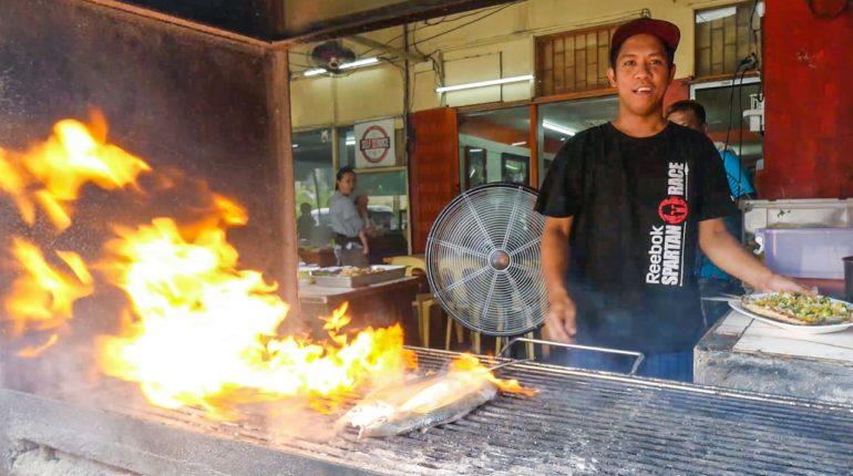 Die Philippinen im Video - Gegrillter Milchfisch in der Carenderia in Quezon City