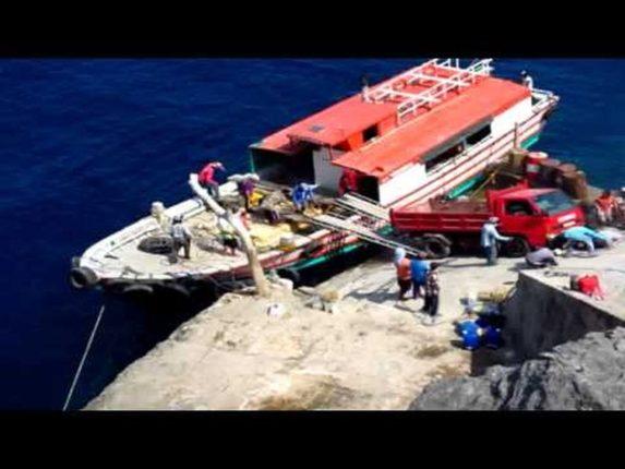 Die Philippinen im Video- Entladung eines Lkws von einem Schiff in Itbayat, wie es die Ivatan tun