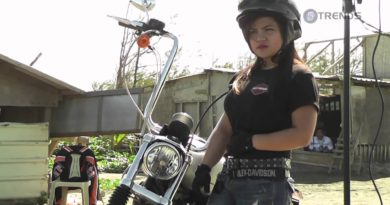 Model fährt mit Harley davon