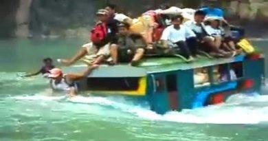 Die Philippinen im Video - Jeepney fährt durch Wildwasser