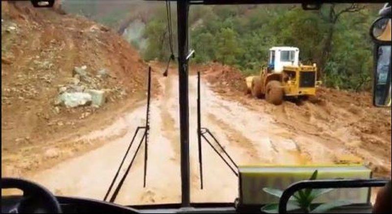 Die Philippinen im Video - Schlammige Busdruchfahrt in ener Strassenbaustelle von Mindanao