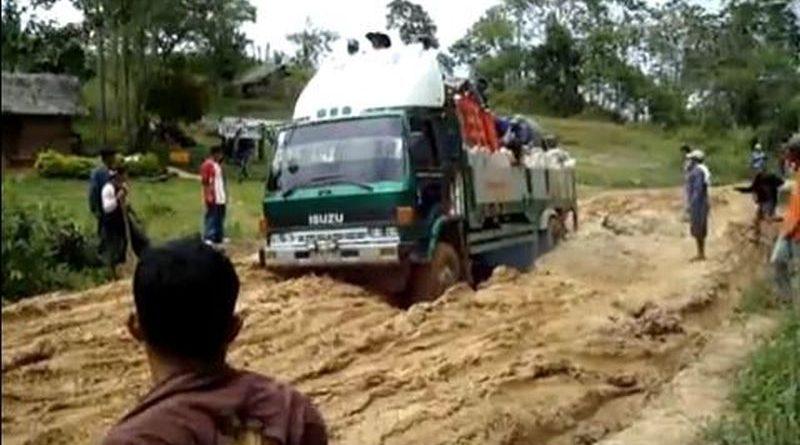 Die Philippinen im Video - Ein Lastkraftwagen quält sich durch eine sehr schlechte WegstreckeDie Philippinen im Video - Ein Lastkraftwagen quält sich durch eine sehr schlechte Wegstrecke