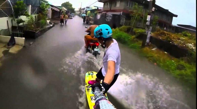 Die Philippinen im Video - Wakeboarding auf einer überschwemmten Strasse irgendwo in einem Dorf in den Philippinen