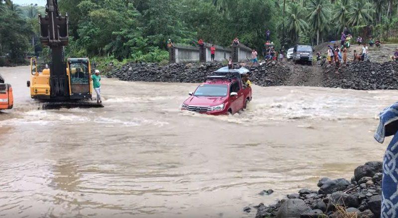 Die Philippinen im Auto - Flussdruchquerung mit dem Auto in Don Marcelino, in Davao del Sur im Lamidan River