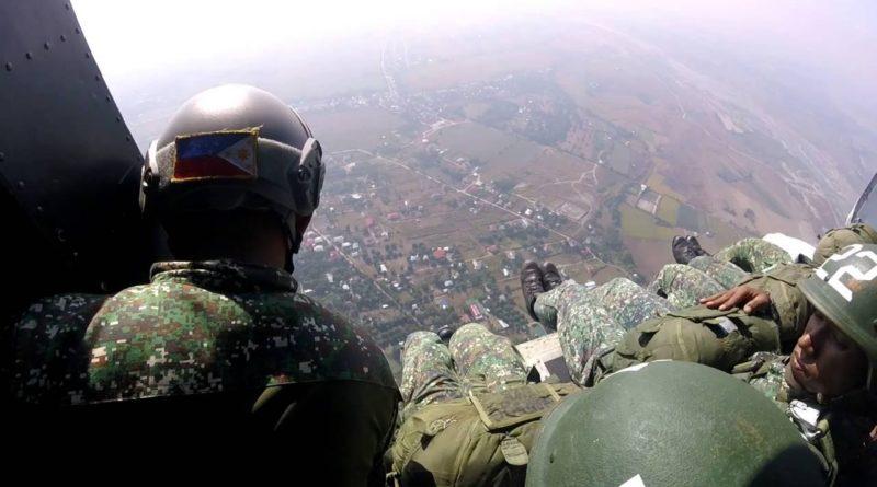 Die Philippinen im Video - Absetzer von philippinischen Fallschirmspringern der Marines
