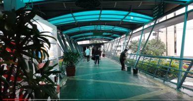 Die Philippinen im Video - Makati hochgelegte Fußgängerbrücke - Sky Bridge Walkway