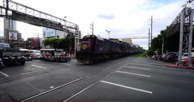 Die Philippinen im Video - Bahübergang und Bahnhof in Manila